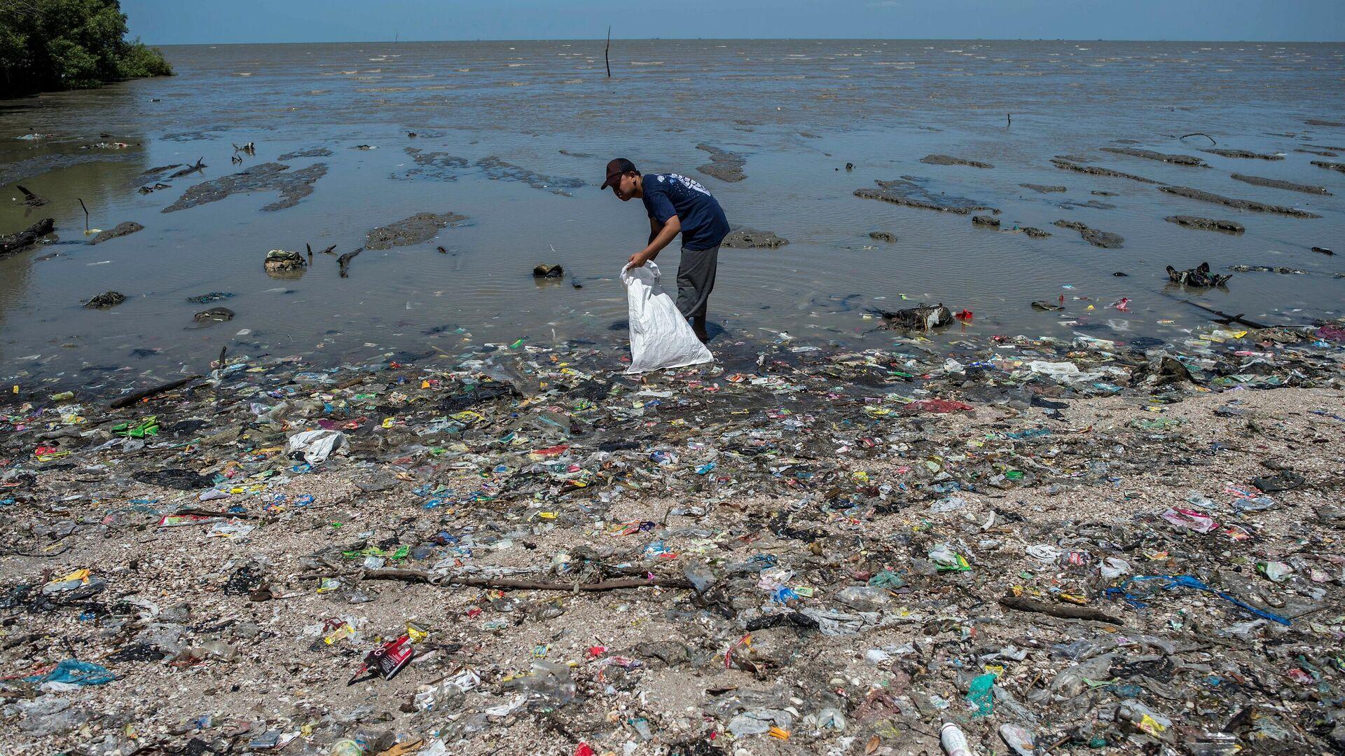 Mit Plastikmüll verseuchter Strand in Indonesien (Archiv) - SNA, 1920, 07.10.2021