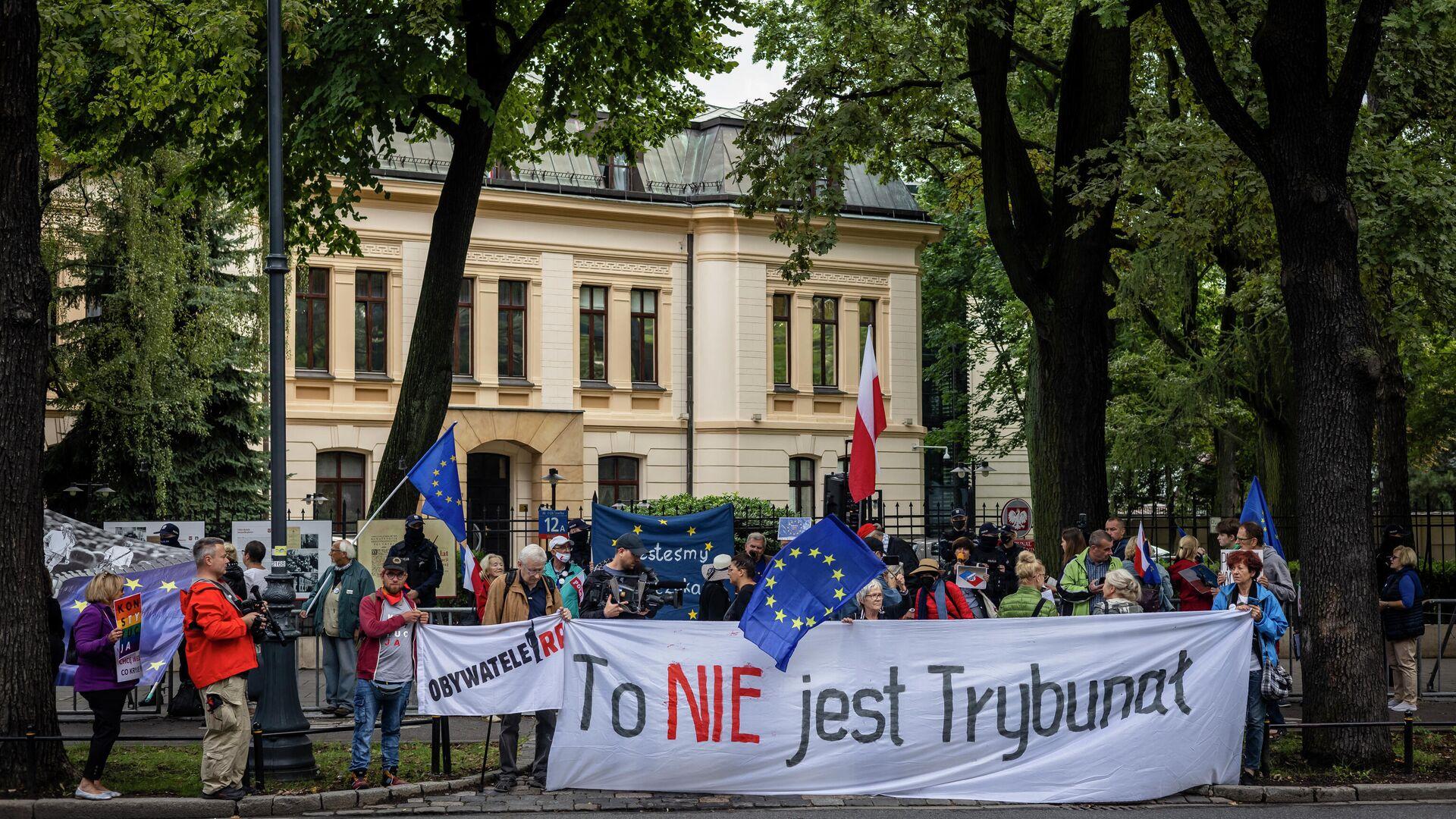 Proeuropäisch gesinnte Demonstranten protestieren vor dem Verfassungsgericht Polens gegen die Entscheidung der Verfassungsrichter, nationales Recht über das EU-Recht zu stellen. Warschau, 31. August 2021 - SNA, 1920, 07.10.2021