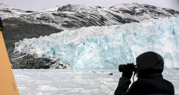 Touristen beobachten auf Booten das Natursschauspiel am Gletscher, dessen Aussehen sich im Laufe des Tages ändert. - SNA