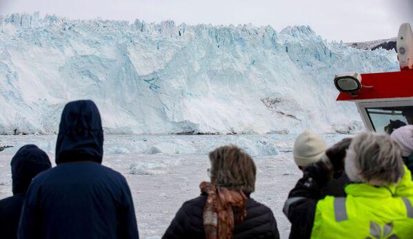 Der Gletscher ähnelt einem riesigen Eisberg bzw. einer Trutzburg aus Eis mit ungewöhnlichen Formen. - SNA
