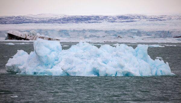 Dieses Kalben wird von einem lauten Getöse begleitet, wenn die riesigen Eisbrocken in den Ozean fallen. - SNA