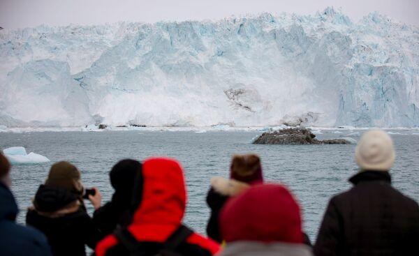 Ein Highlight ist das sogenannte Kalben des Gletschers – von dem fünf Kilometer großen Gigantenbrechen regelmäßig Eisbrocken verschiedener Größe, Form und Farbe ab – von weiß bis blau bzw. mit grünen Streifen. - SNA