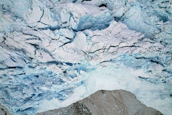 Der Eqi-Gletscher ist umgeben von vielen kleinen Eisschollen. Auch kleine Eisberge treiben umher. - SNA