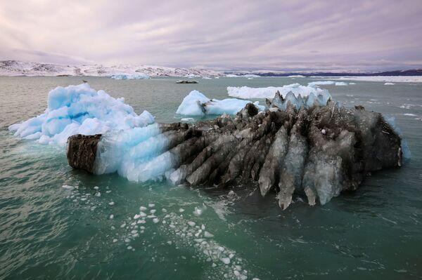 Ein Teil des Gletschers schmilzt und vereist wieder, wobei viele Blautöne entstehen. - SNA