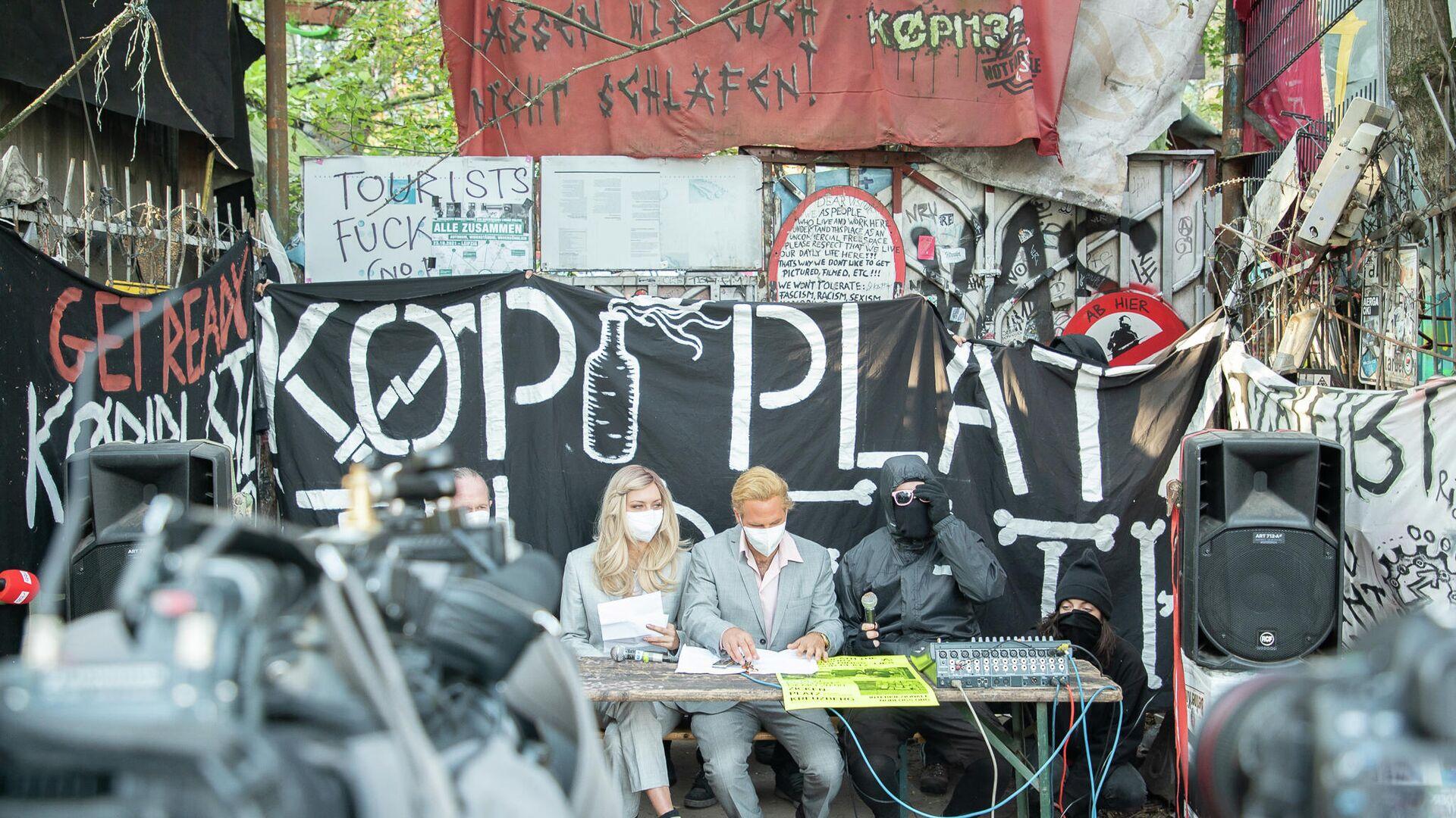 Vertreter des autonomen Wohnprojektes Köpi 137 in Berlin am 8. Oktober 2021 bei einer Pressekonferenz anlässlich der angedrohten Räumung  - SNA, 1920, 08.10.2021