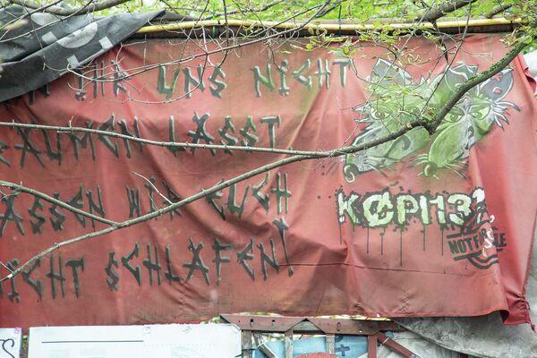 Protestbanner am Rande einer Pressekonferenz des autonomen Wohnprojektes Köpi 137 in Berlin am 8. Oktober 2021 anlässlich der angedrohten Räumung  - SNA