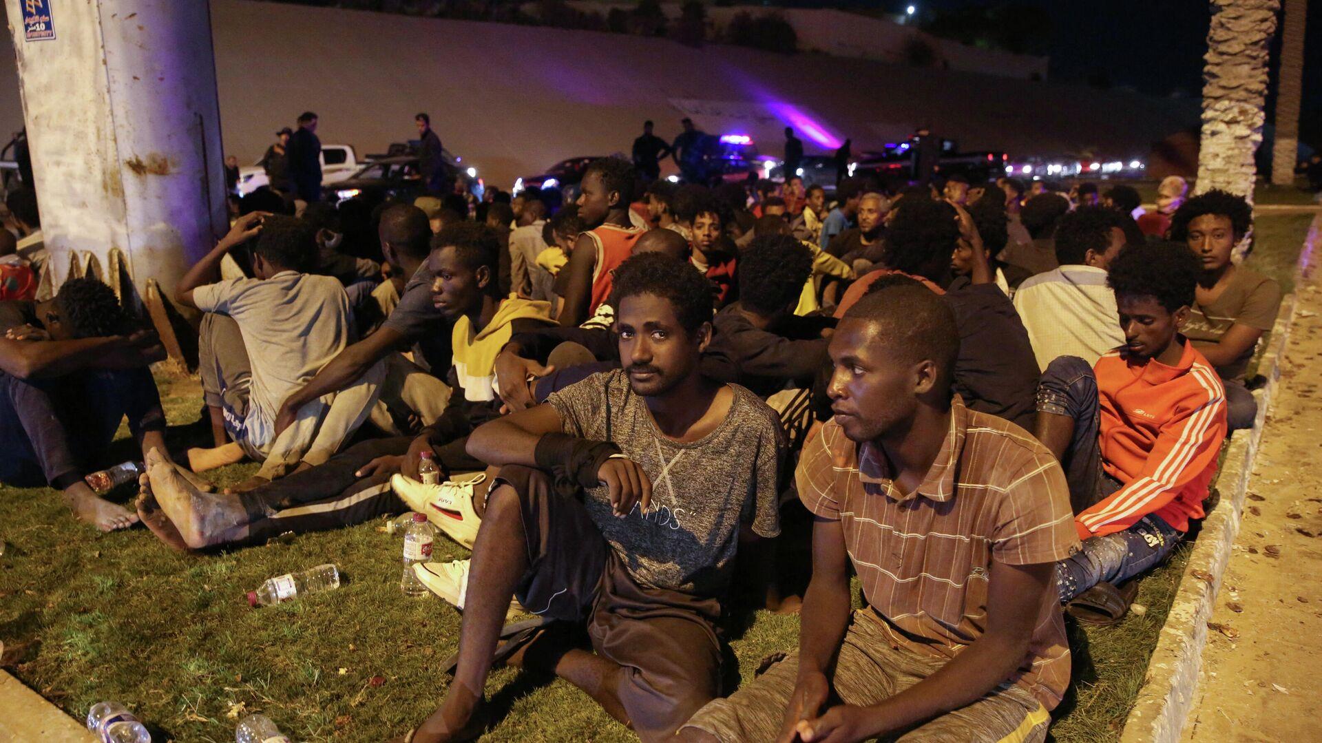 Migranten, die nach einem Fluchtversuch aus einer Hafteinrichtung in Tripolis von libyschen Sicherheitskräften am 8. Oktober 2021 wieder festgenommen wurden - SNA, 1920, 09.10.2021