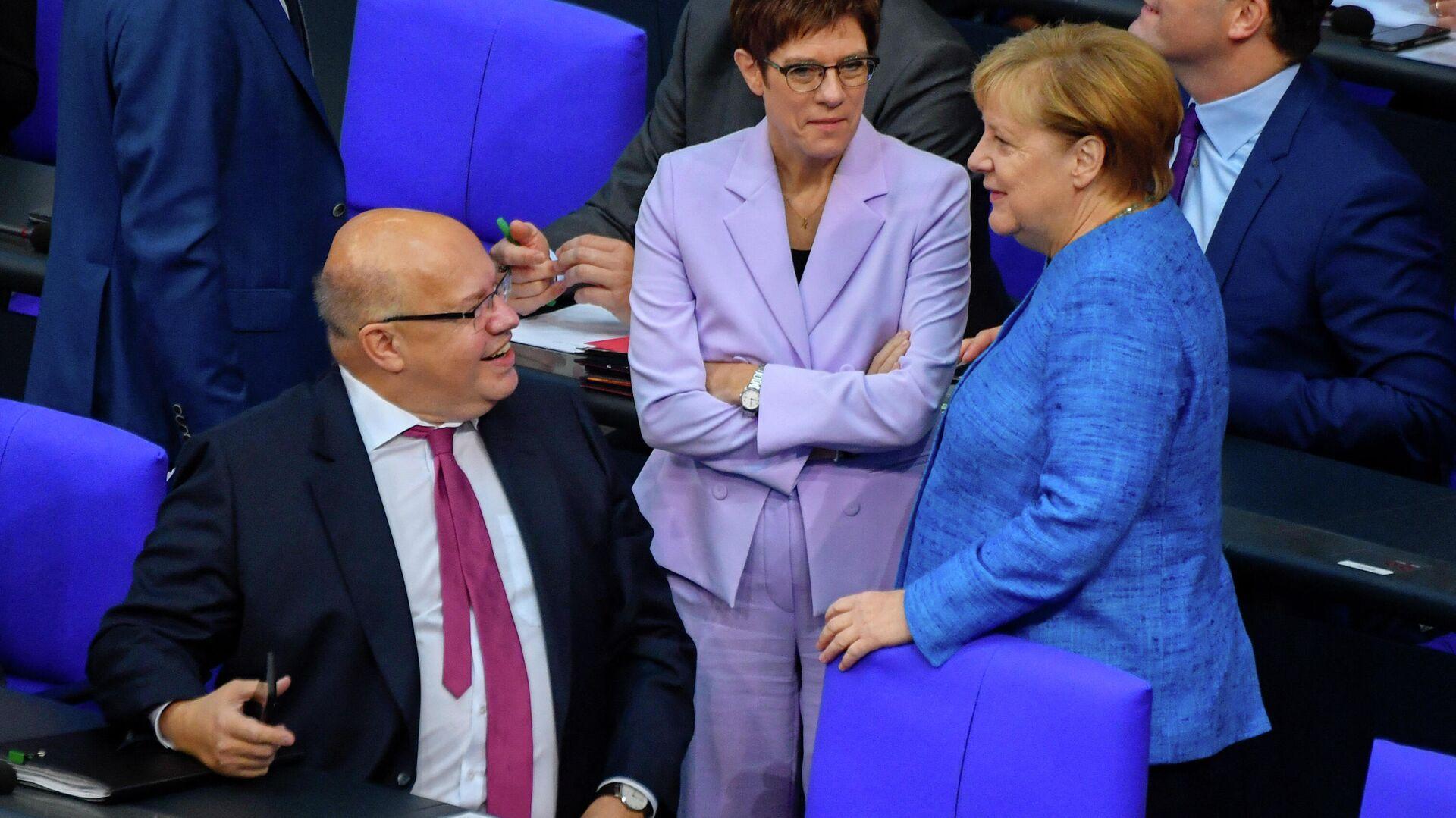 Bundeswirtschaftsminister Peter Altmaier, Verteidigungsministerin Annegret Kramp-Karrenbauer und Bundeskanzlerin Angela Merkel  - SNA, 1920, 09.10.2021