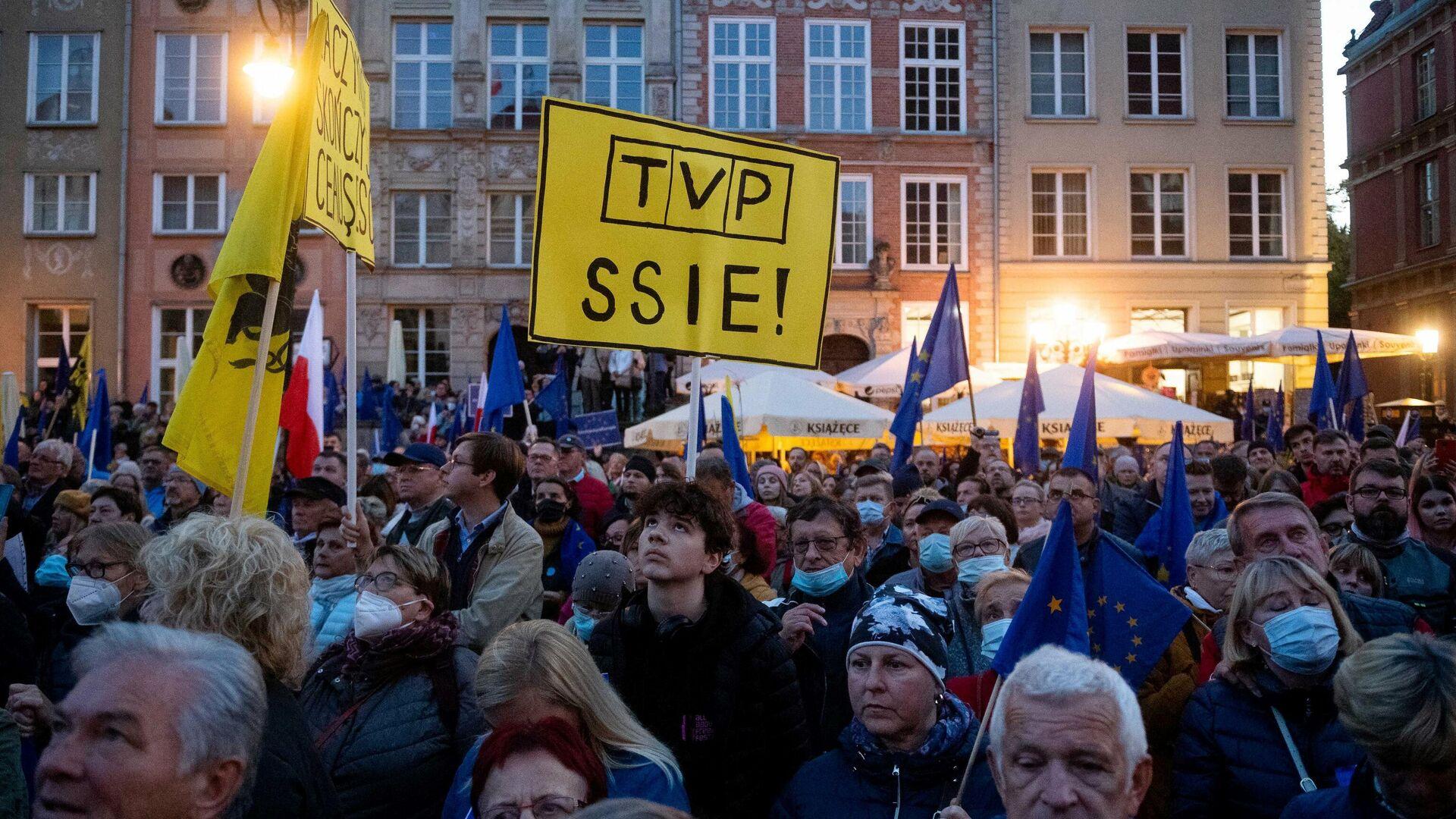 Tausende Menschen in Polen demonstrieren gegen ein umstrittenes Urteil des Verfassungsgerichts und für den Verbleib ihres Landes in der EU - SNA, 1920, 10.10.2021