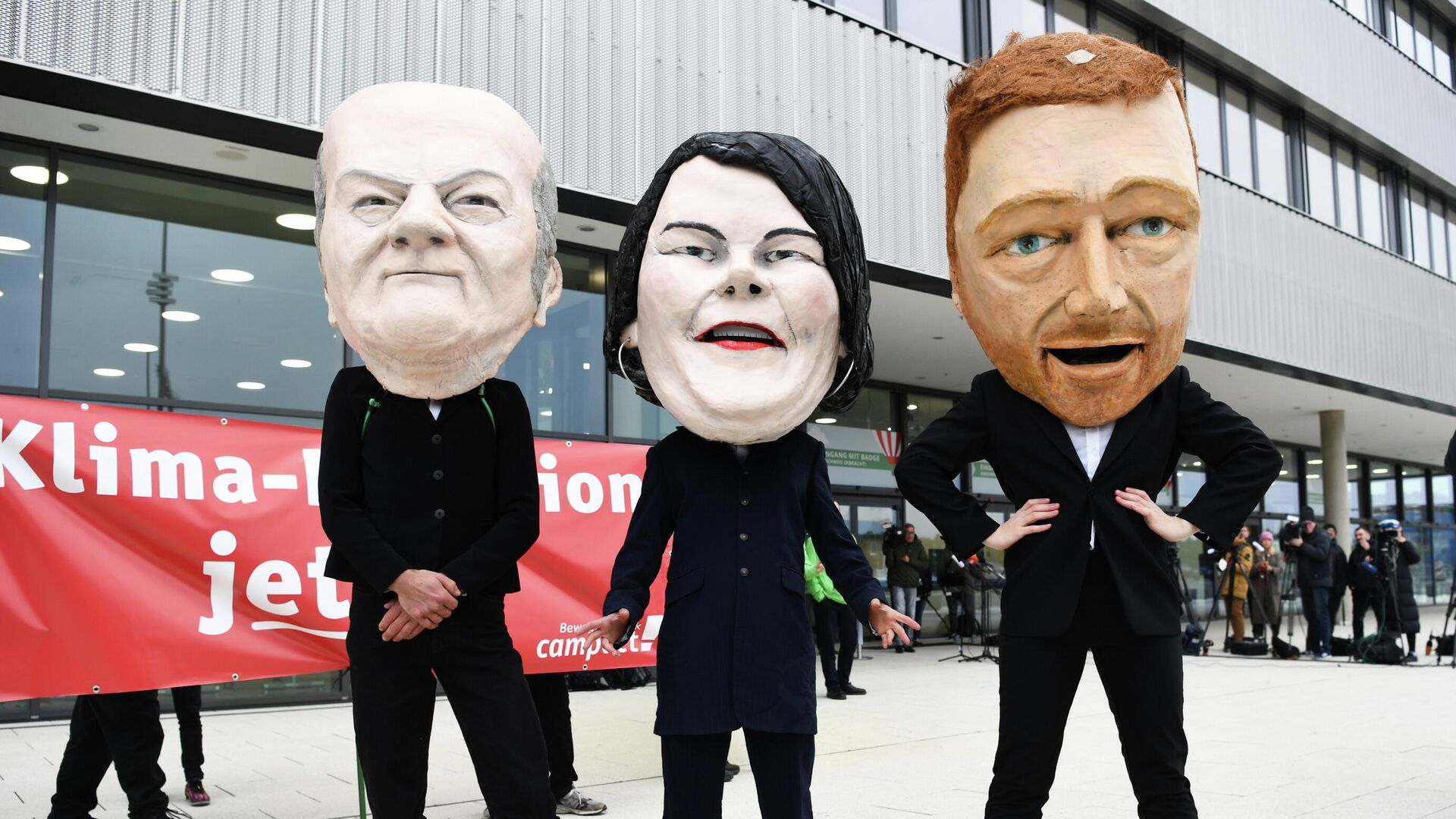 Demonstranten mit Masken des SPD-Spitzenkandidaten der SPD, Grünen, und der  FDP posieren in Berlin am 11. Oktober 2021 - SNA, 1920, 11.10.2021
