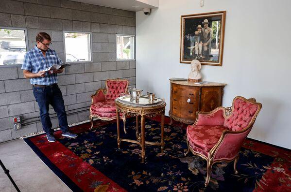 """Alphonse Gabriel """"Al"""" Capone war ein US-Gangster italienischer Herkunft, der in den 1920er- und 1930er-Jahren in Chicago sein Unwesen trieb. Getarnt als Möbelhandel und Wäscherei machte er Geschäfte mit illegalem Glücksspiel, Prostitution und Schutzgelderpressung. Der italienische Mafia-Platzhirsch in Chicago zeigte sich auch als Wohltäter und eröffnete eine Kette kostenloser Kantinen für Arbeitslose.Foto: vor der Auktion in Sacramento, Kalifornien. - SNA"""