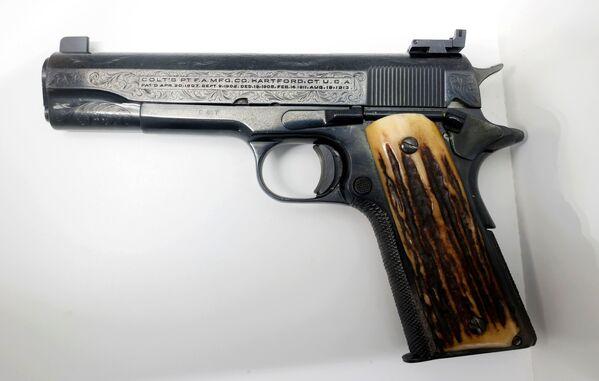 Unter den versteigerten Objekten gab es viele Waffen, darunter die Lieblingspistole des Gangsters, ein Colt 45 (auf dem Foto), der ursprünglich mit 150.000 Dollar bewertet wurde. - SNA