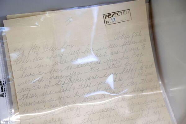 Die wertvollsten Gegenstände für Historiker und Kenner der 1920er- bzw. Anfang der 1930er-Jahre in den USA waren einmalige Fotos und persönliche Briefe Al Capones, die er aus dem berüchtigten Gefängnis Alcatraz an seine Verwandten schickte. Einer dieser Briefe über mehrere Seiten mit Anmerkungen durch die Gefängniszensur wurde auf 25.000 bis 50.000 Dollar bewertet. In diesem Brief erscheint der grausame Gangster als sentimentaler Familienvater. - SNA