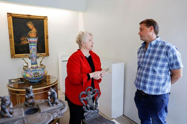 Die Enkelin des US-Gangsters im Gespräch mit den Gründer der Witherell's Gallery vor der Auktion in Sacramento, Kalifornien. - SNA