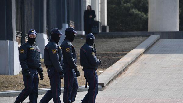 Polizisten bei einem nicht genehmigten Protest in Minsk - SNA