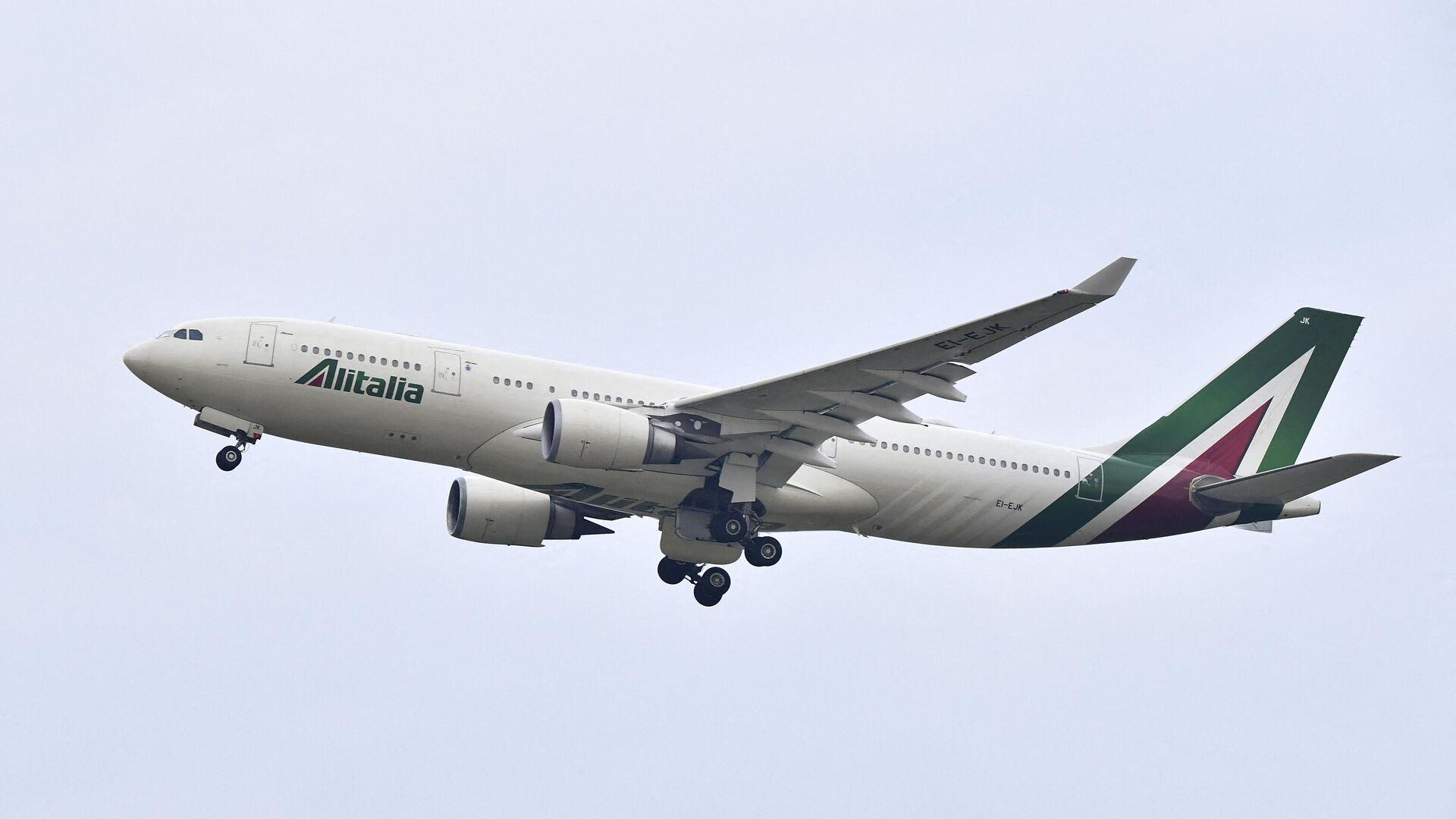 Das Alitalia-Flugzeug mit Papst Franziskus hebt am 5. März 2021 vom Flughafen Fiumicino in Rom zu seiner Reise in den Irak ab. - SNA, 1920, 14.10.2021