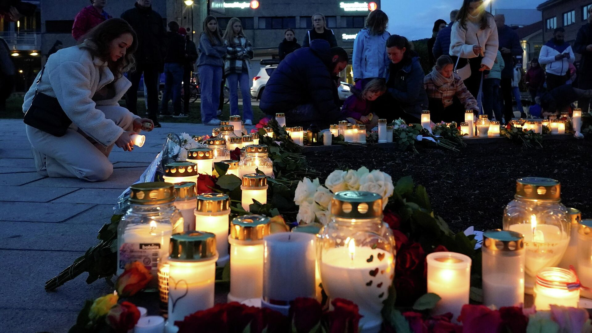 Menschen legen nach einem tödlichen Anschlag in Kongsberg, Norwegen, Blumen nieder und zünden Kerzen an, 14. Oktober 2021 - SNA, 1920, 14.10.2021