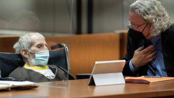Robert Durst, sitzend mit Verteidiger David Chesnoff, wurde am 14. Oktober 2021 im Airport Courthouse in Los Angeles, Kalifornien, USA, zu lebenslanger Haft ohne die Möglichkeit einer vorzeitigen Entlassung aus dem Strafvollzug für den Mord an Susan Berman verurteilt. - SNA