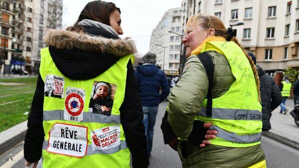 Участницы акции протеста жёлтых жилетов в Париже - SNA