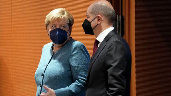 Bundeskanzlerin Angela Merkel (l.) und Finanzminister und Vizekanzler Olaf Scholz (Archiv) - SNA