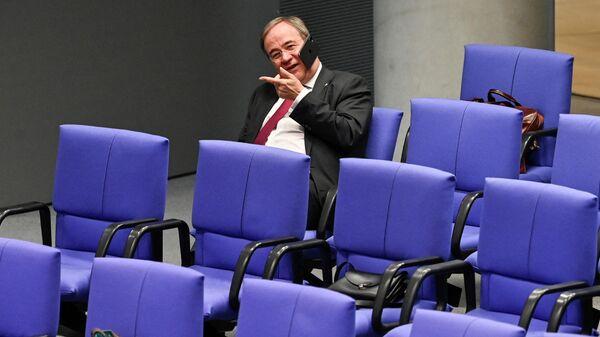 CDU-Chef Armin Laschet telefoniert am 26. Oktober 2021 während einer konstituierenden Sitzung des neuen deutschen Bundestages im Bundestag in Berlin - SNA